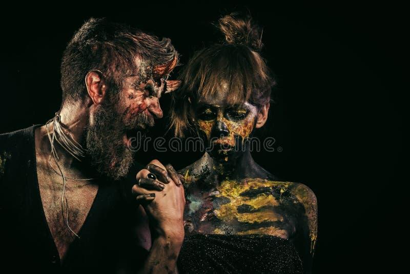 Grito del diablo del inconformista de Halloween en la muchacha con maquillaje del cráneo fotos de archivo