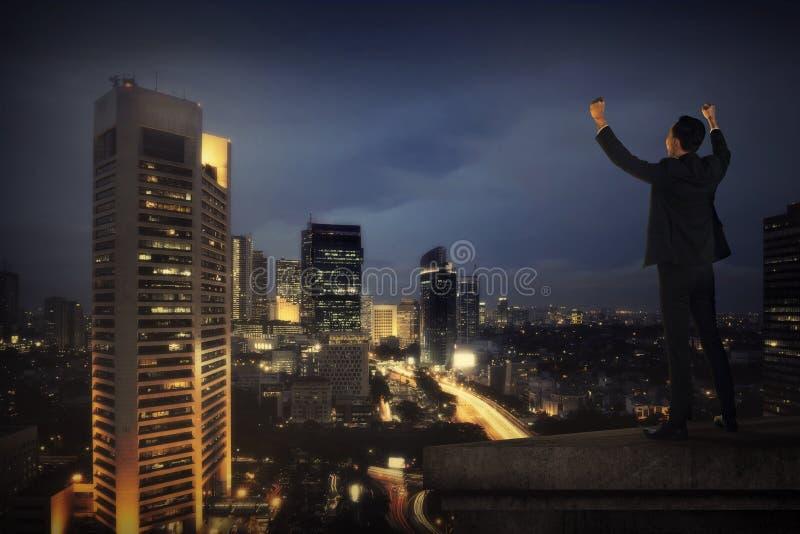 Grito del hombre de negocios en el tejado del edificio fotografía de archivo