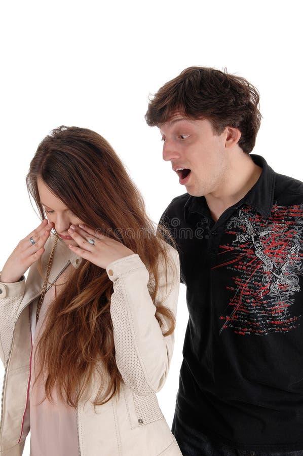 Grito del hombre enojado en su novia foto de archivo