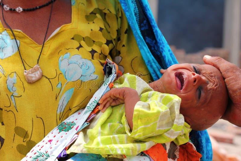 Grito doente do bebê do refugiado fotografia de stock royalty free