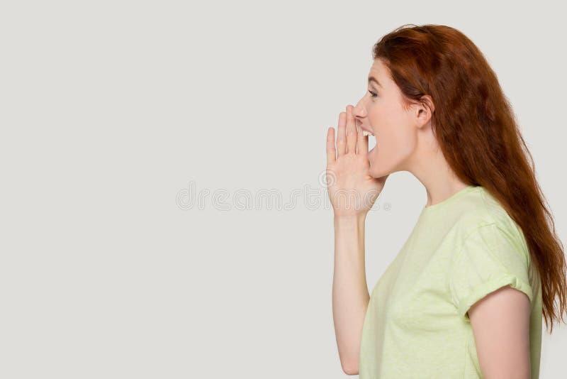 Grito emocionado de la mujer del pelirrojo en alta voz sobre oferta de la venta foto de archivo libre de regalías