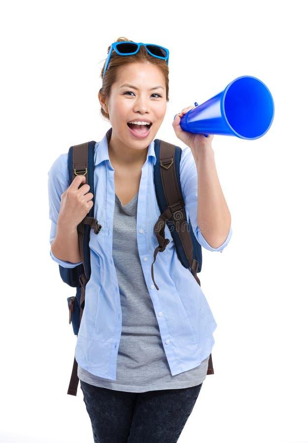 Grito femenino asiático del viajero con el megáfono imágenes de archivo libres de regalías