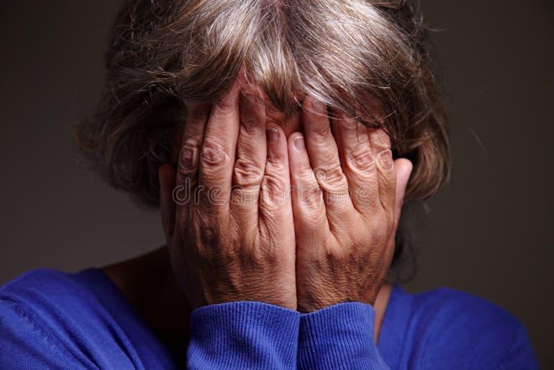 Grito idoso da mulher foto de stock