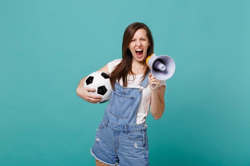 Grito loco del fanático del fútbol de la mujer en el megáfono, equipo preferido de la ayuda con el balón de fútbol aislado en la  foto de archivo libre de regalías
