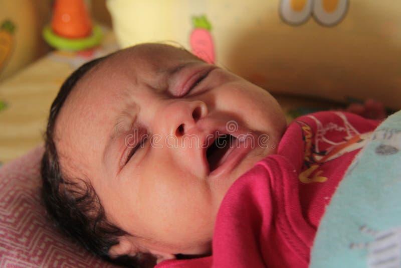 Grito pequeno asiático indiano do bebê fotos de stock