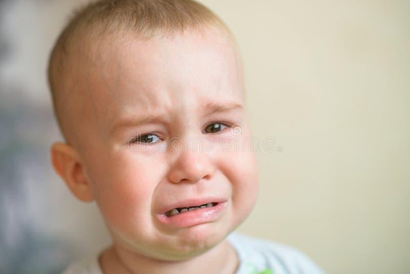 Grito pequeno do bebé Criança caucasiano 2 anos velha Portriat do close up imagem de stock