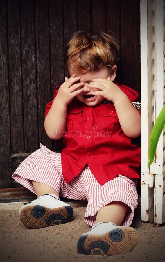 Grito pequeno do menino imagem de stock