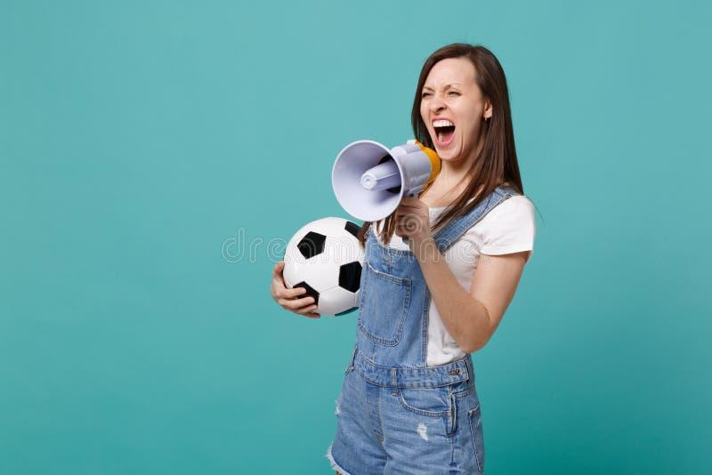 Grito salvaje del fanático del fútbol de la mujer en el megáfono, equipo preferido de la ayuda con el balón de fútbol aislado en  foto de archivo libre de regalías