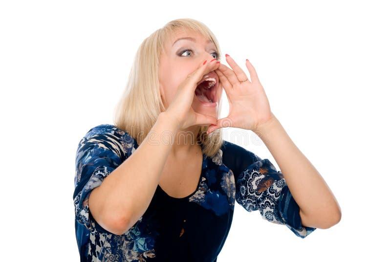 Grito y grito rubios jovenes de la mujer usando sus manos como tubo foto de archivo libre de regalías