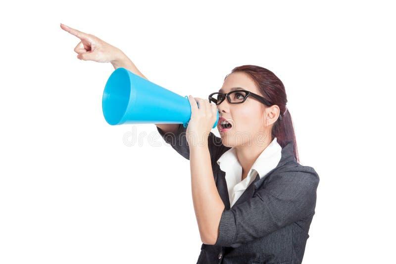 Grito y punto enojados asiáticos de la mujer de negocios con el megáfono imagenes de archivo