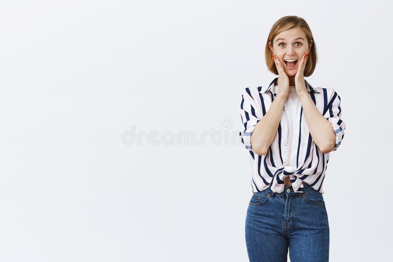 Gritos da mulher do divertimento e da alegria, sendo surpreendido Retrato do empregado do sexo feminino novo ativo e feliz atrati fotos de stock royalty free