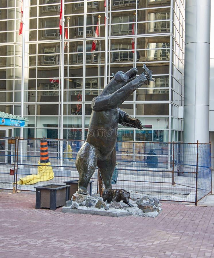 Grizzlybärstatue durch Bruce Garner lizenzfreie stockbilder