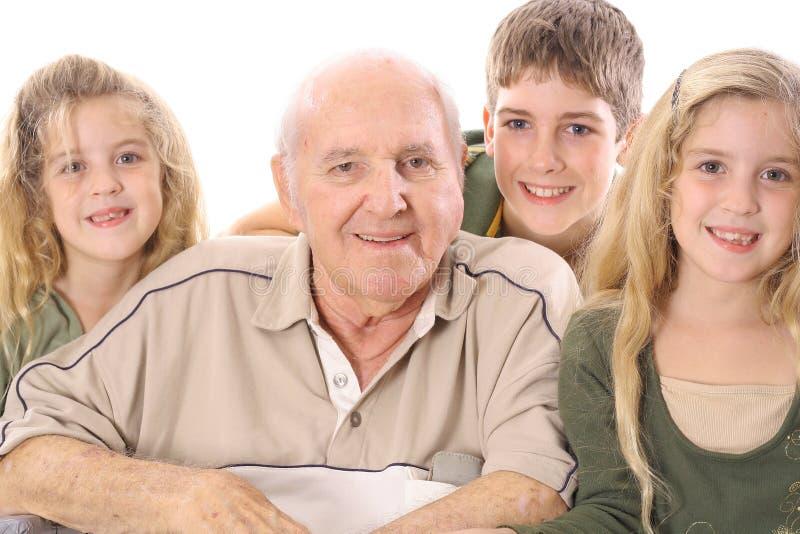 Groß - Enkelkinder und Großvater upclose lizenzfreie stockfotografie