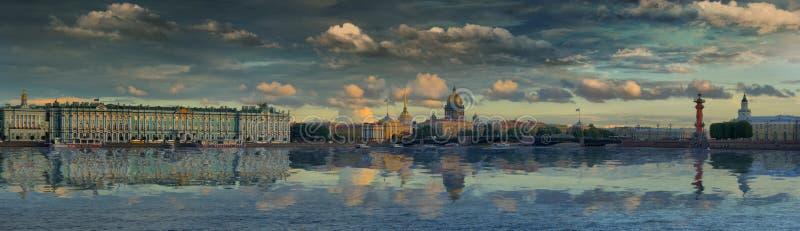 Groß-Formatpanorama von St Petersburg und von Neva-Fluss gegen den malerischen Himmel stockbild