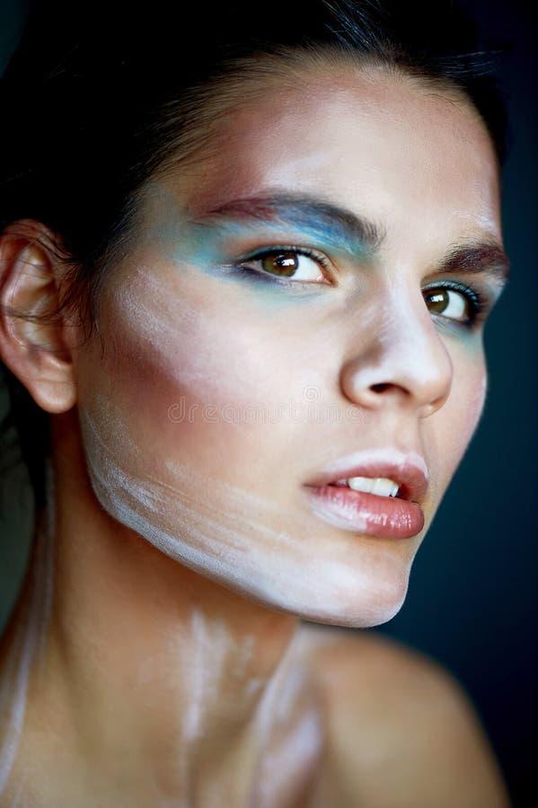 Groß-gesichtiges Porträt eines Mädchens des ungewöhnlichen Auftrittes Auf dem Gesicht von bunten Anschlägen Kreativität, kreative lizenzfreie stockbilder