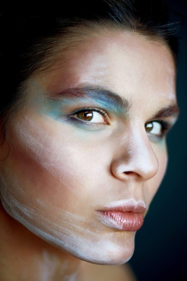 Groß-gesichtiges Porträt eines Mädchens des ungewöhnlichen Auftrittes Auf dem Gesicht von bunten Anschlägen Kreativität, kreative stockfotografie