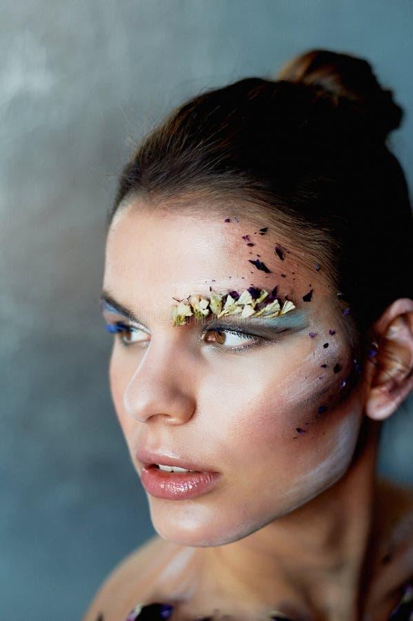 Groß-Gesichtsporträt Abstriche auf ihrem Gesicht Das Make-up unter Verwendung der trockenen Farben Kreative Persönlichkeit, Model stockfotografie