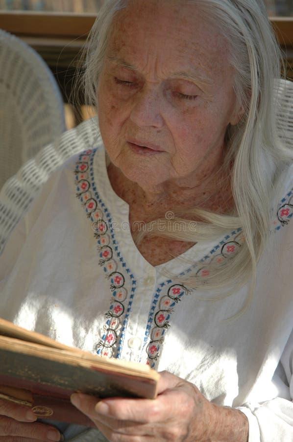 Groß - Großmutter mit altem Buch lizenzfreie stockfotos