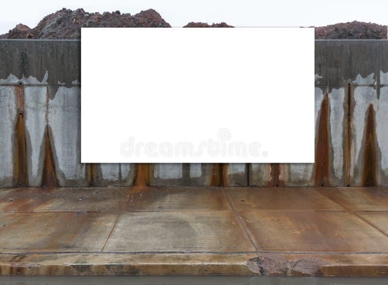Groß, horizontal, weiß, leer, Anschlagtafel nahe bei der Straße stockfoto