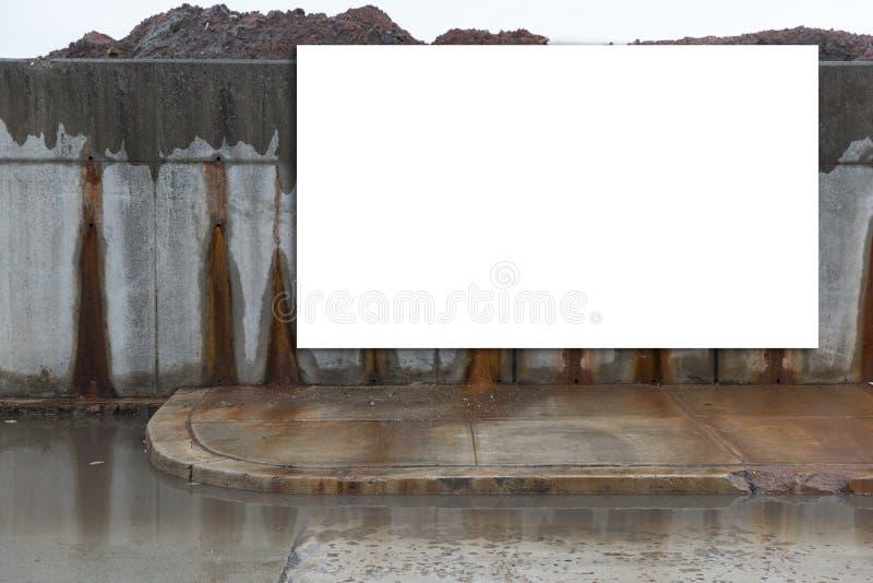Groß, horizontal, weiß, leer, Anschlagtafel nahe bei der Straße stockfotos