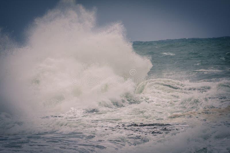Groß spinnt während des Sturms auf dem Ozean lizenzfreies stockfoto