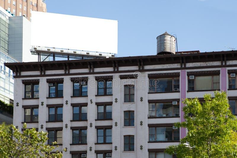Groß, weiß, leer, Anschlagtafel auf dem Dach lizenzfreies stockfoto