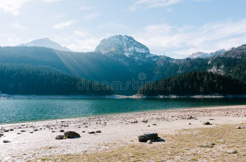 Großartige Ansicht über den See und die Hügel des Berges bedeckt im Schnee stockfotografie