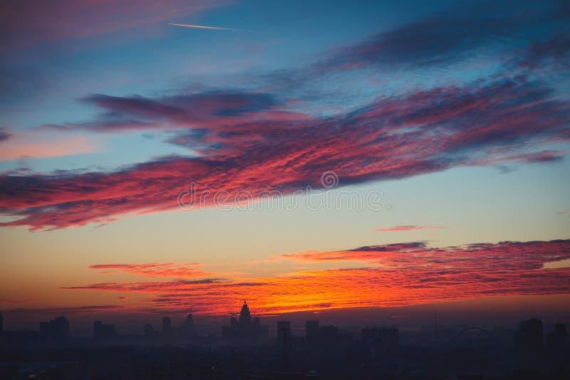Großartige Ansicht über Sonnenuntergang in Astana-Stadt, Kasachstan stockfoto