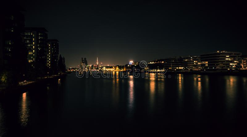 Großartige Ansicht der Nachtskyline von Berlin stockfotografie
