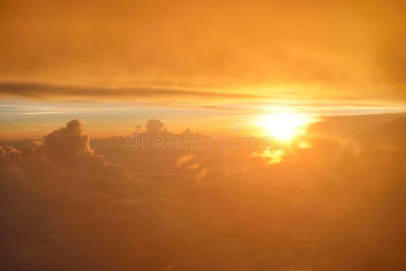 Großartige Ansicht des Sonnenuntergangs oder des Sonnenaufgangs über Wolken vom Flugzeugfenster Beschneidungspfad eingeschlossen stockfotos