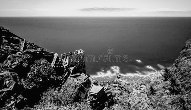 Großartige Ansicht zur Küstenruine als langer Belichtung und Schwarzweiss-Kunst stockfoto