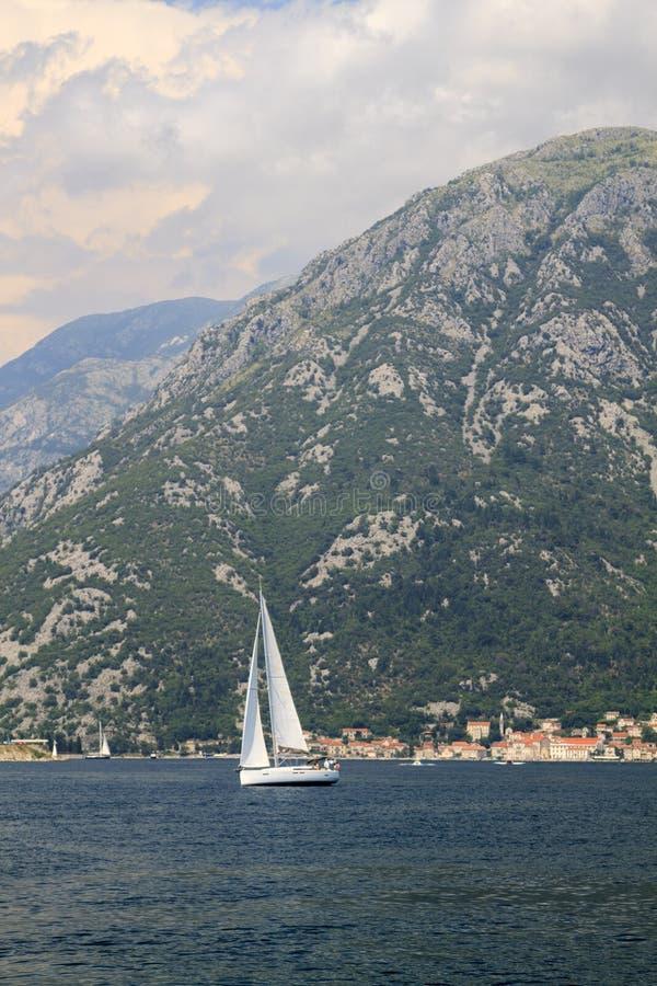 großartige Ansichten des Bootes mitten in der Bucht von Kotor lizenzfreies stockbild