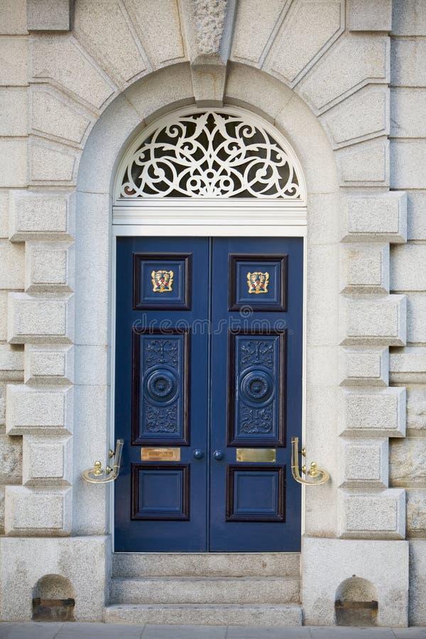 Großartige blaue hölzerne Tür mit Treppeteil eines Baus lizenzfreie stockfotos