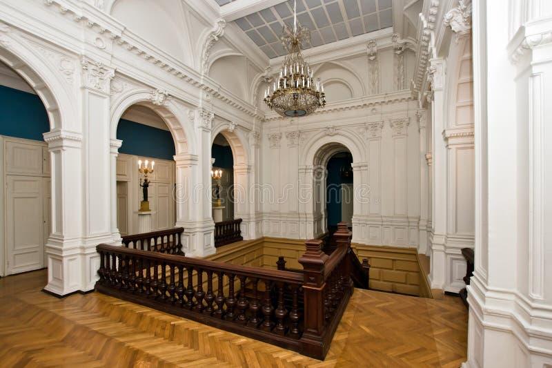 Großartige Halle im alten majestätischen Palast lizenzfreie stockfotos