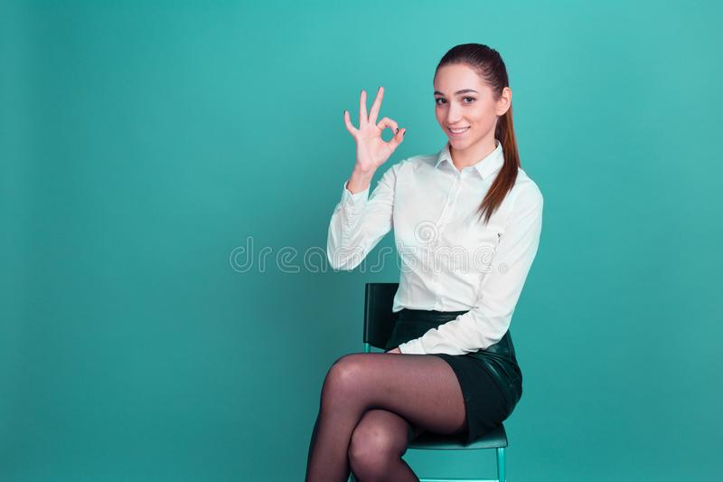 Großartige Idee für Geschäft Beschlussfassung schöne Geschäftsmädchengeschäftsfrau Daumen oben stockbilder