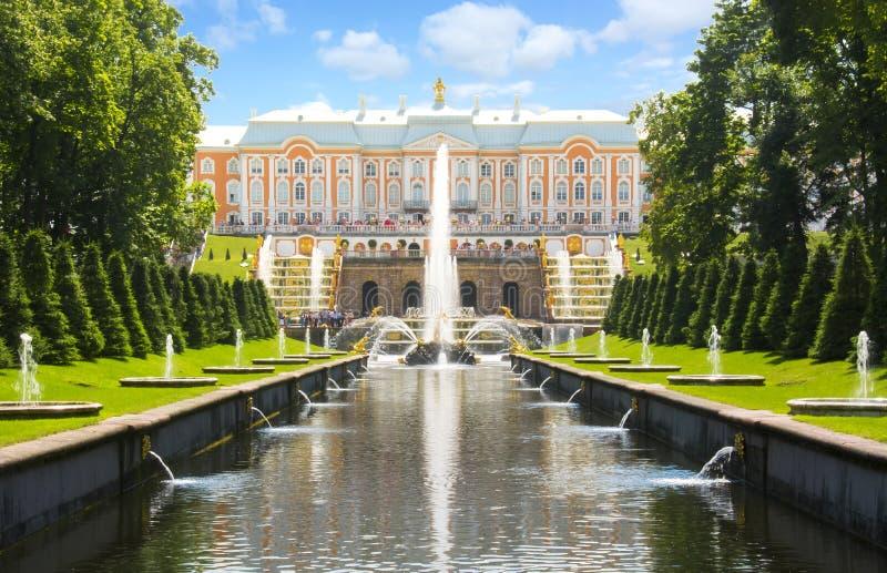 Großartige Kaskade des Peterhof Palast-, Samson-Brunnens und der Brunnengasse, St Petersburg, Russland stockfotos
