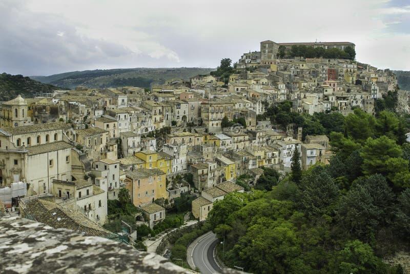 Großartige szenische Ansicht von bunten Häusern in altem Ragusa Ibla in Sizilien stockfotografie