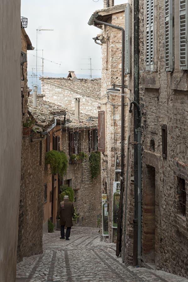 Großartige traditionelle italienische mittelalterliche Gasse in der historischen Mitte der schönen kleinen Stadt von Spello lizenzfreie stockbilder