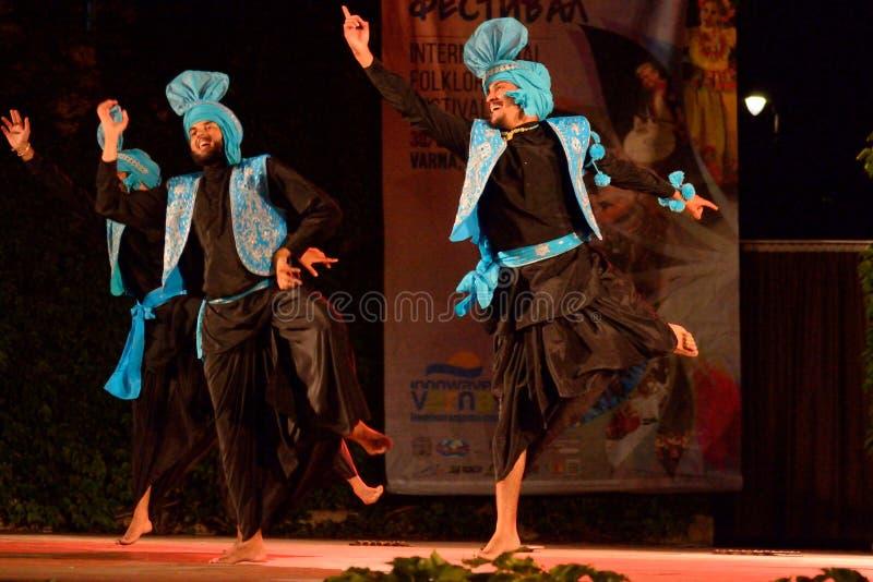 Großartige traditionelle Tänzer der Indien-Stadiumsleistung lizenzfreie stockbilder