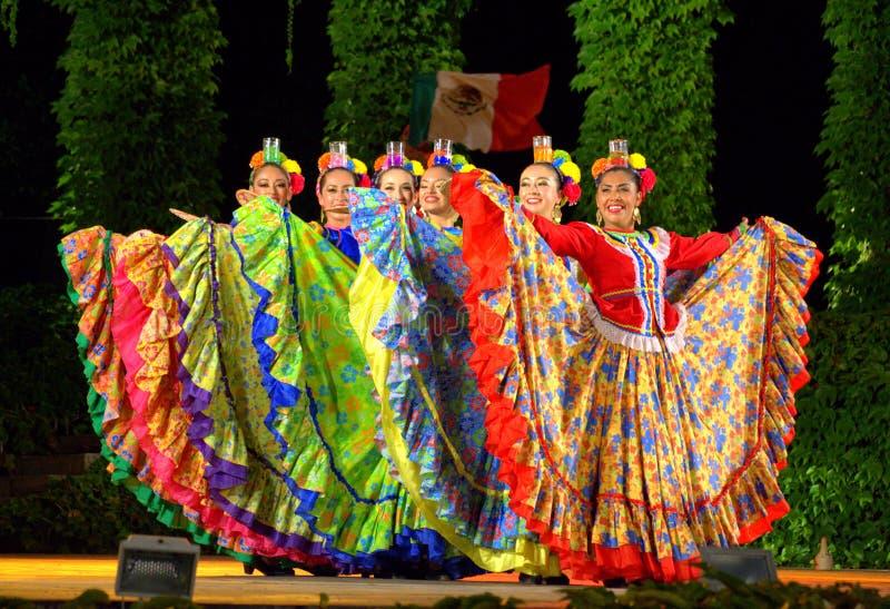 Großartige weibliche Tänzer mit Gläsern lizenzfreies stockfoto