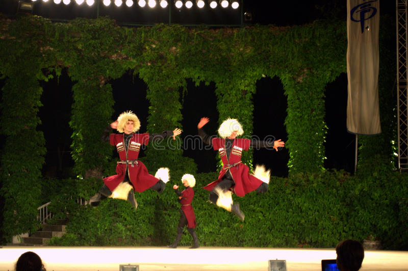 Großartiger georgischer männlicher Tanz lizenzfreie stockfotos