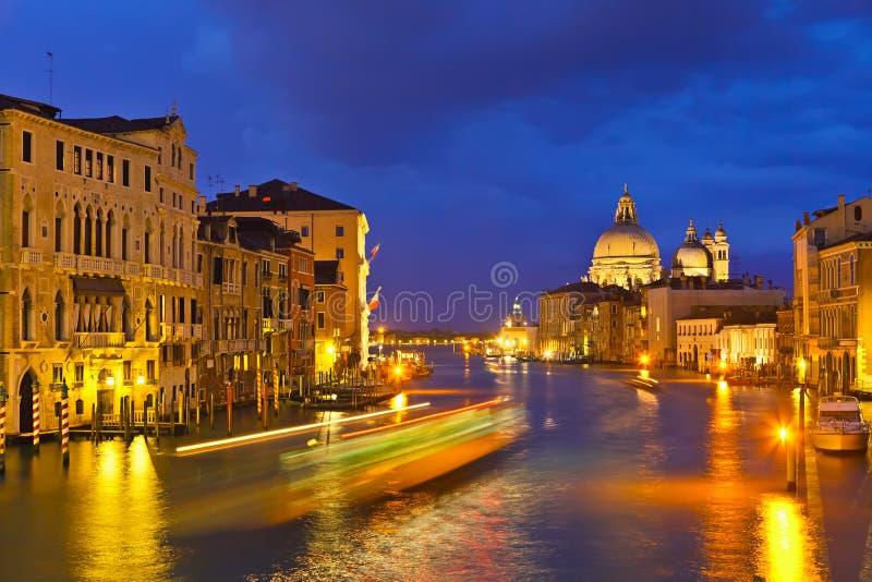 Großartiger Kanal am Abend stockfotos
