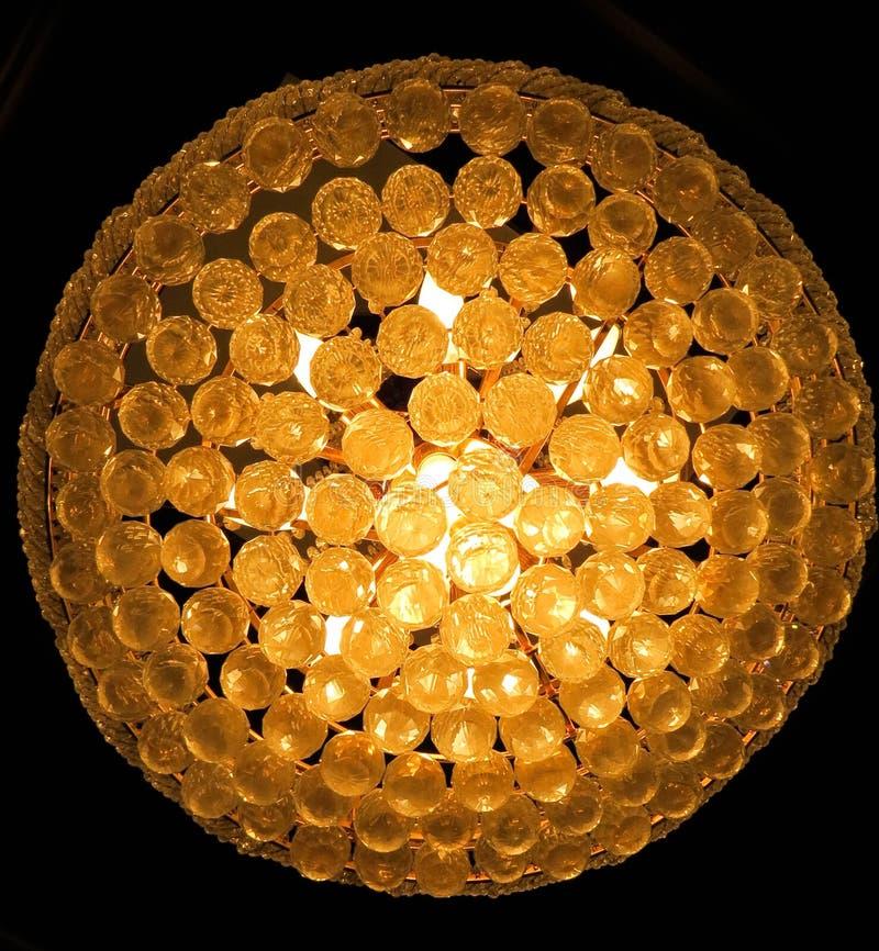 Großartiger Leuchter mit klaren Glaskugeln stockfoto