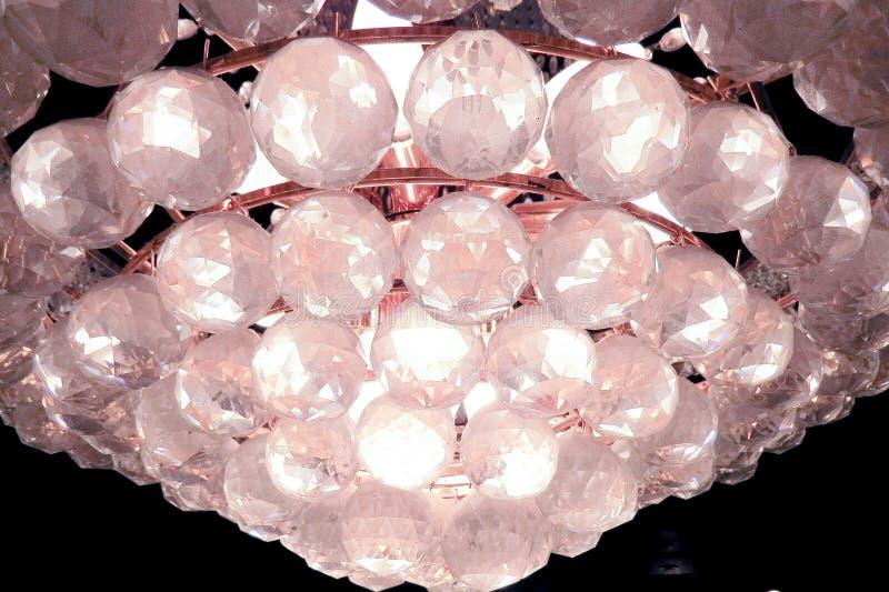 Großartiger Leuchter mit klaren Glaskugeln stockbilder