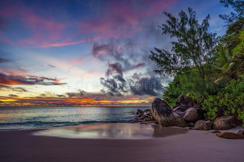 Großartiger romantischer purpurroter Sonnenuntergang an anse Georgette, praslin, Seychellen 2 stockfotos