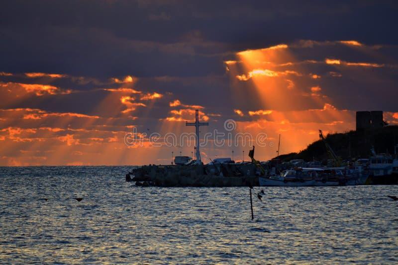 Großartiger Sonnenaufgang über Kreuz lizenzfreie stockfotografie