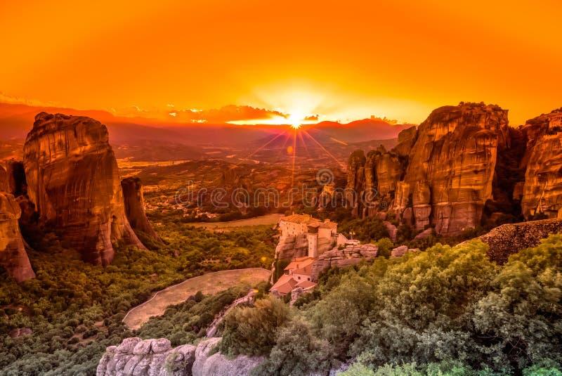 Großartiger Sonnenuntergang in Meteora-Klöstern stockfotografie