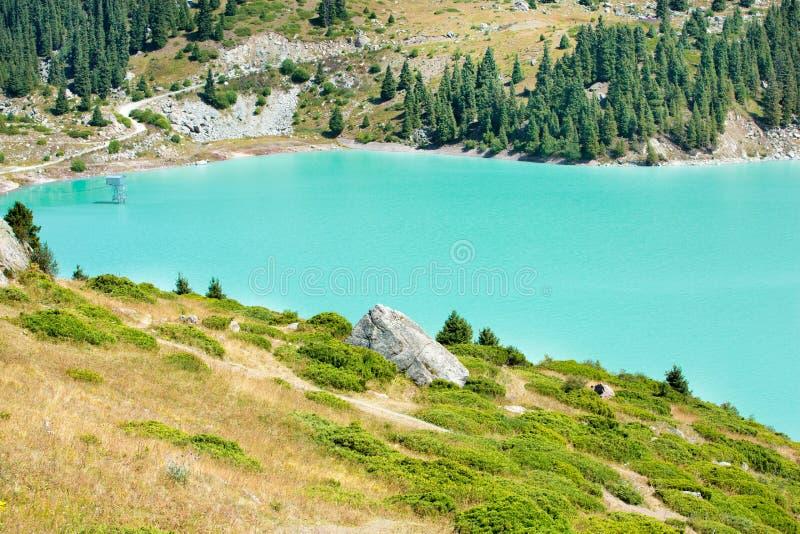 Großartiger szenischer großer Almaty See, Tien Shan Mountains in Almaty, Kasachstan lizenzfreie stockfotografie
