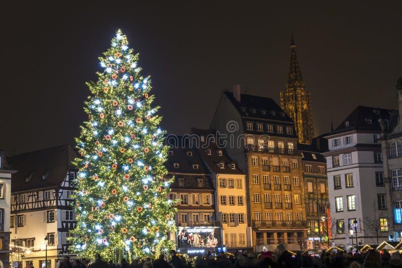 Großartiger Weihnachtsbaum in Straßburg, Frankreich stockfotos