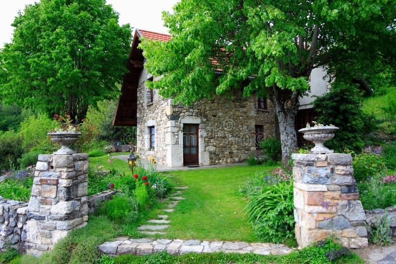 Großartiges Altes Haus Und Garten Stockfoto - Bild von land ...
